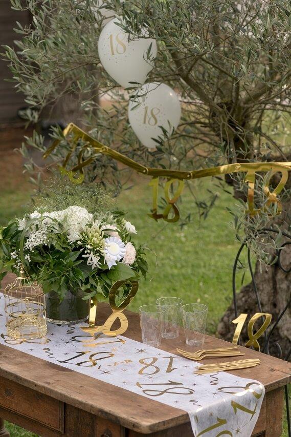 Decoration chemin de table 18 ans blanc et or anniversaire