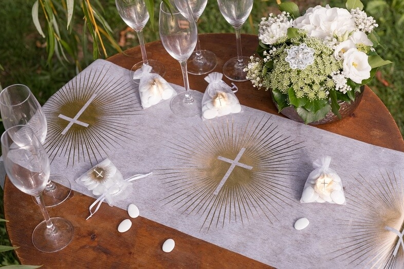 Decoration chemin de table communion croix blanc et or