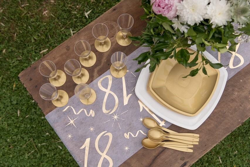Decoration chemin de table joyeux anniversaire blanc et or 18 ans