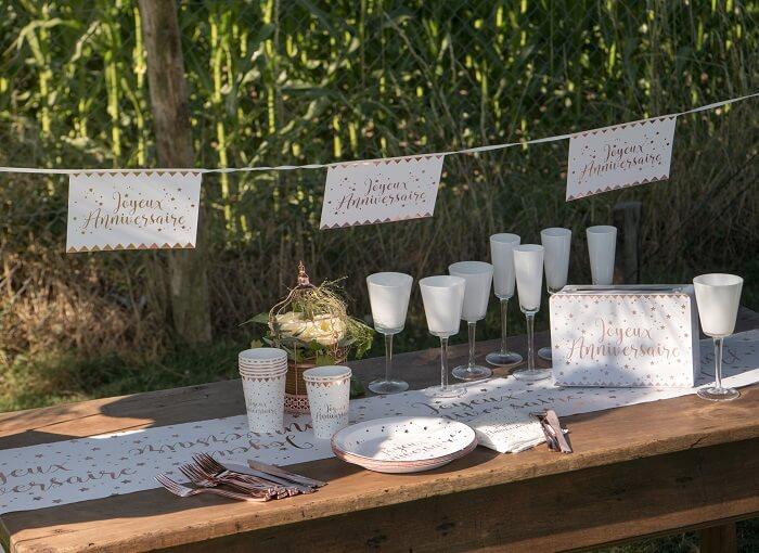 Decoration chemin de table joyeux anniversaire blanc et or