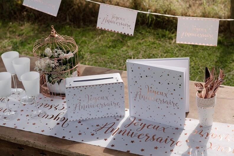 Decoration chemin de table joyeux anniversaire blanc et rose gold metallise