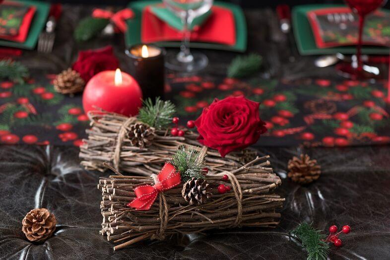 Decoration de noel fagot bois et pomme de pin
