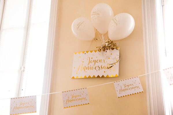 Decoration de salle anniversaire blanc et or