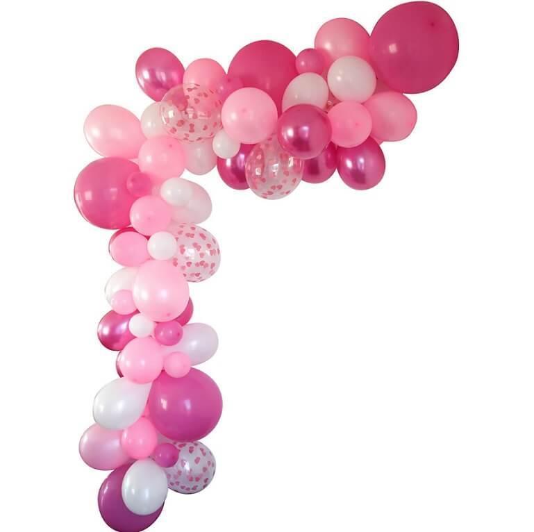 Decoration de salle avec guirlande organique ballon rose fuchsia