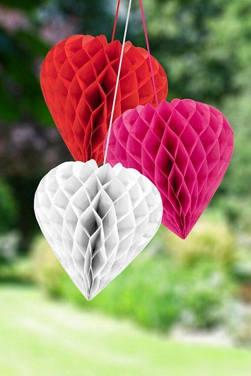 Decoration de salle mariage avec coeur en papier rouge