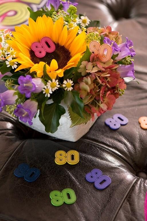 Decoration de table annee 80 avec confettis en bois