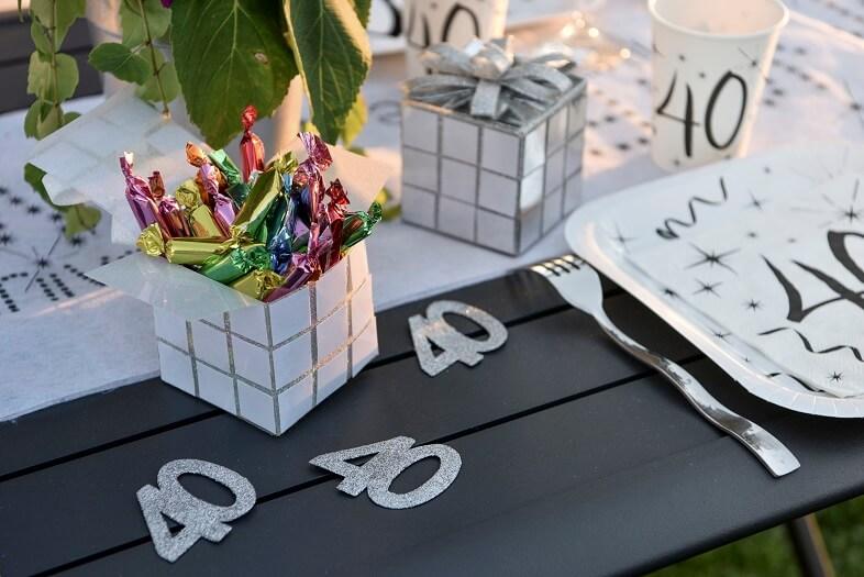 Decoration de table anniversaire 40ans avec confettis