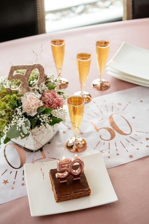 Decoration de table anniversaire avec chiffre 50 rose gold paillete