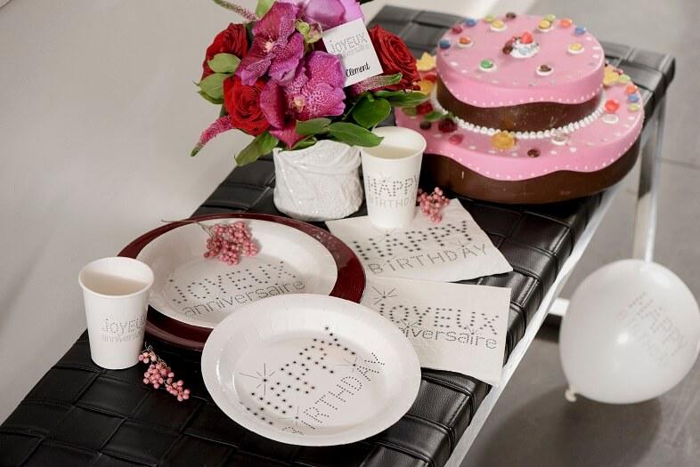 Decoration de table anniversaire avec gobelet blanc