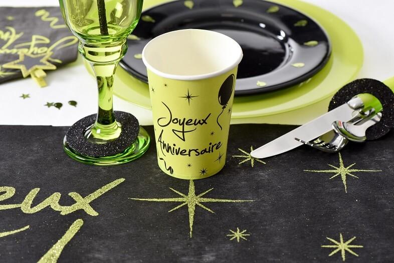 Decoration de table anniversaire avec gobelet vert et noir