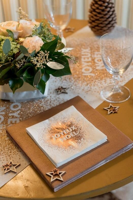 Decoration de table avec serviette airlaid doree