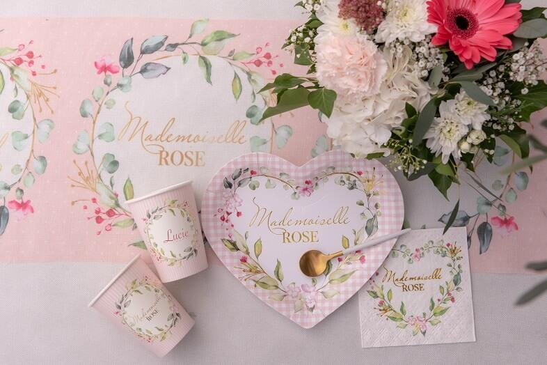 Decoration de table baby shower rose avec assiette coeur