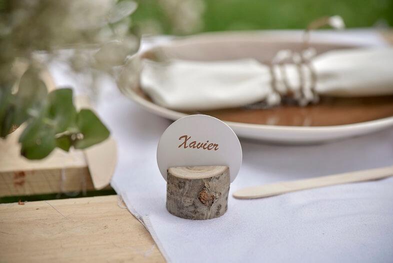 Decoration de table blanc et naturel avec etiquette