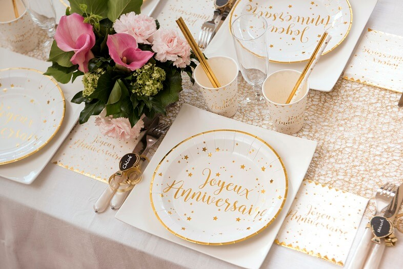 Decoration de table blanc et or joyeux anniversaire
