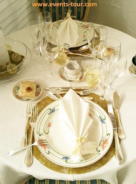 Decoration de table blanche et doree avec nappe rectangle 10 m
