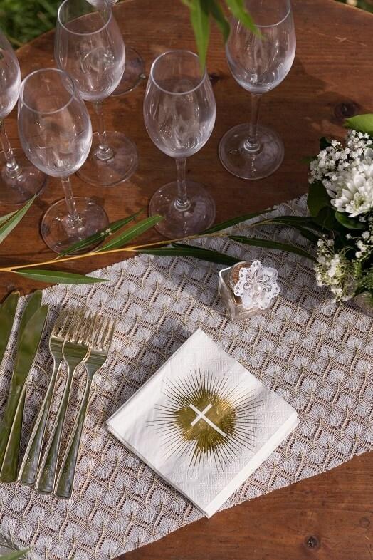 Decoration de table communion croix avec serviette blanche et or