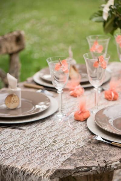 Decoration de table dentelle argentee