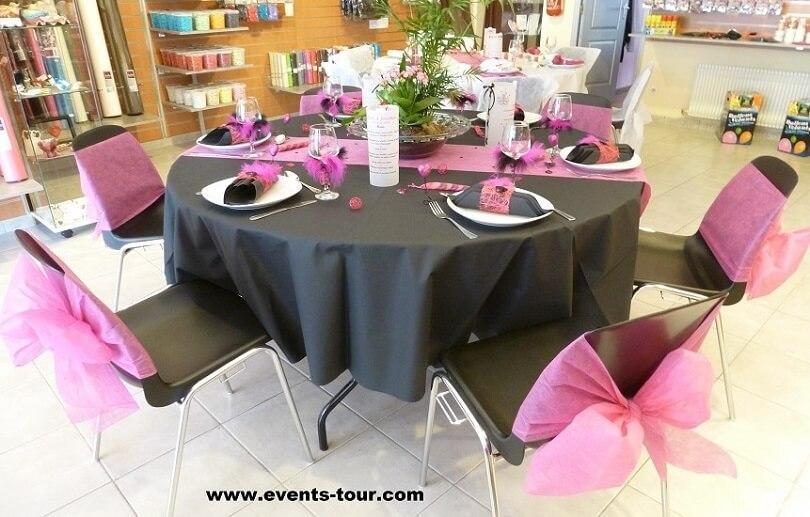 Decoration de table elegante avec chemin de table rose fuchsia