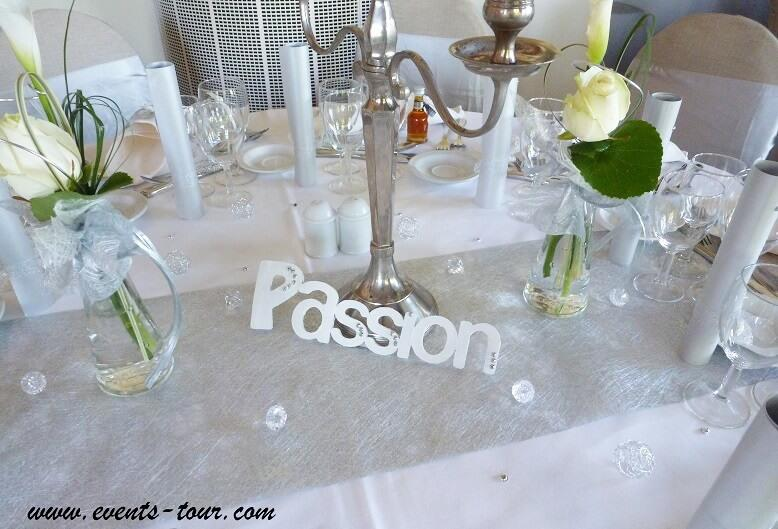 Decoration de table elegante blanche et argentee metallique