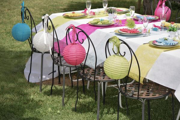Decoration de table fuchsia avec chemin de table