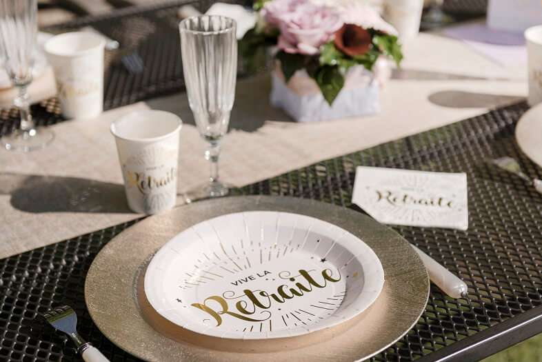 Decoration de table gobelet vive la retraite blanc et or metallise