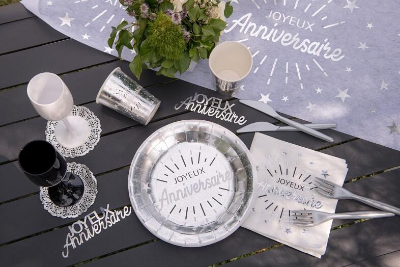Decoration de table joyeux anniversaire blanc et argent metallise avec vaisselle jetable