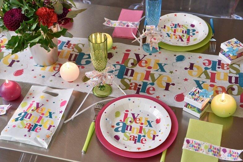 Decoration de table joyeux anniversaire multicolore