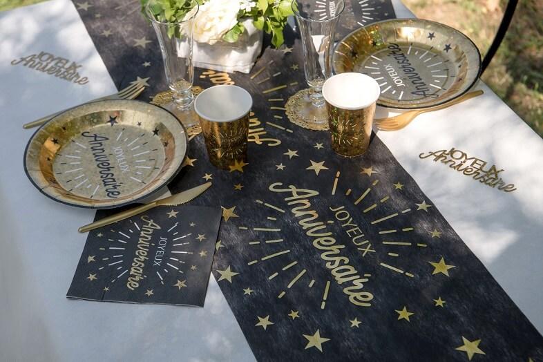 Decoration de table joyeux anniversaire noir et or metallise avec vaisselle jetable