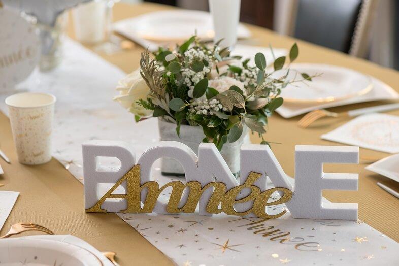 Decoration de table lettre en bois bonne annee blanche et or
