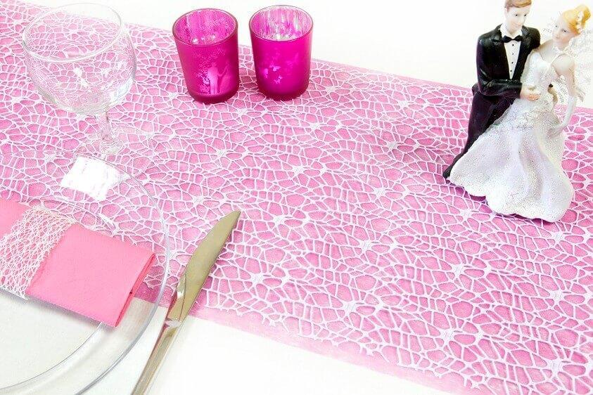 Decoration de table mariage avec dentelle blanche en chemin de table
