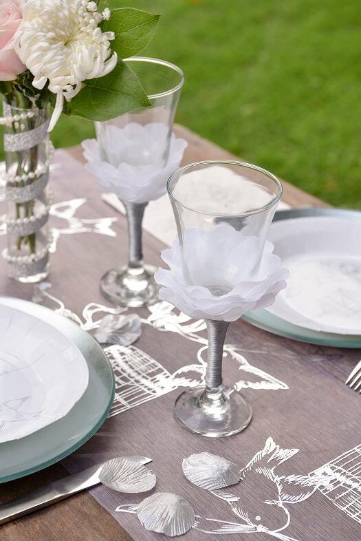 Decoration de table mariage avec petale de rose argent