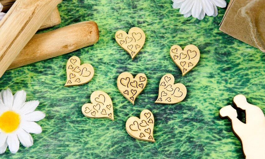 Decoration de table mariage coeur naturel en bois grave