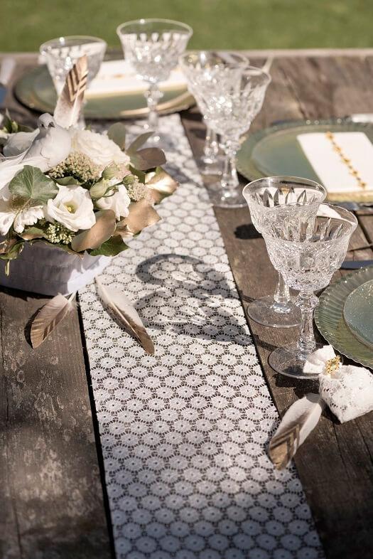 Decoration de table mariage elegante avec chemin dentelle blanche fleur