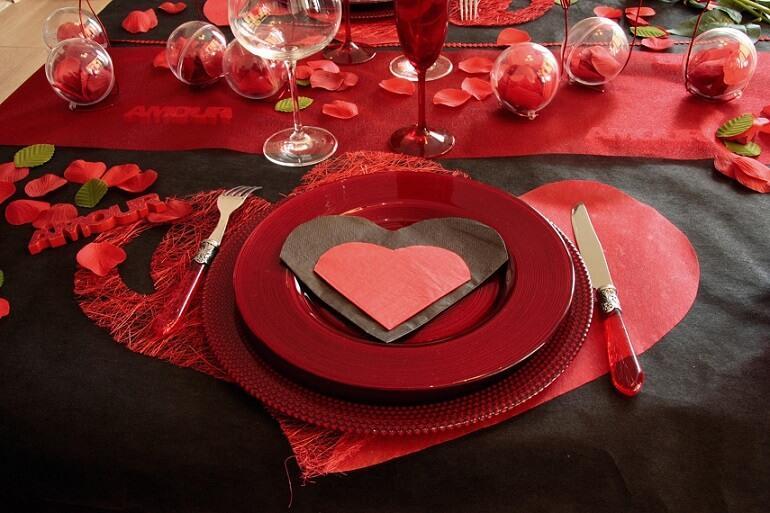 Decoration de table petale de rose rouge st valentin