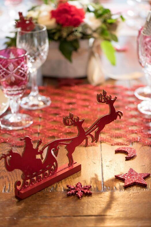 Decoration de table rouge traineau du pere noel et ses cerfs