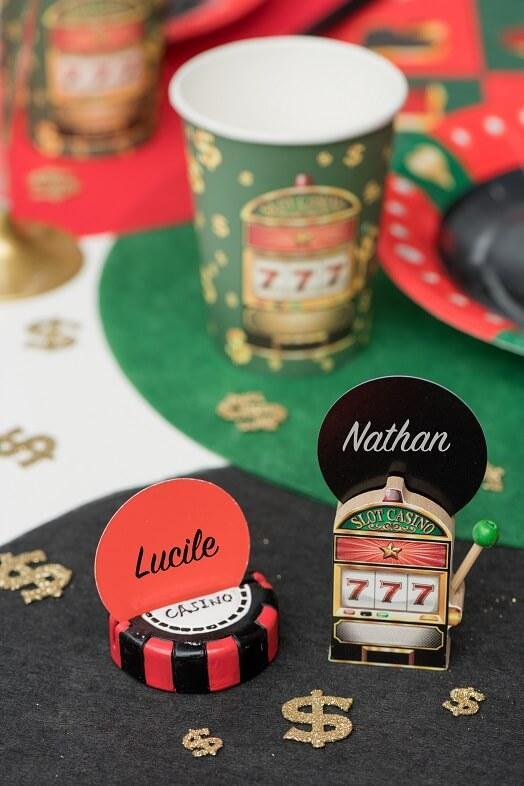Decoration de table theme des jeux avec etiquette rouge