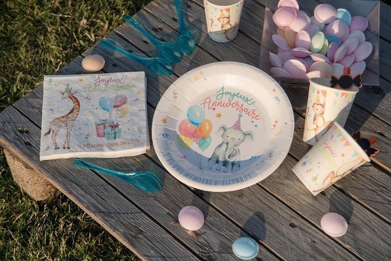 Decoration de table zoo avec gobelet multicolore