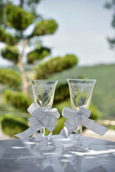 Decoration de verre avec noeud dentelle blanc