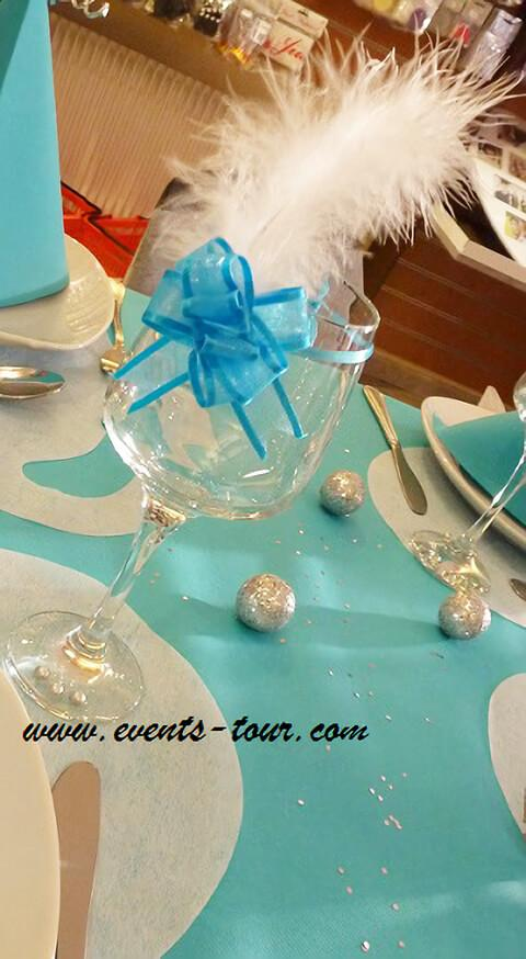 Decoration de verre avec plume blanche elegante
