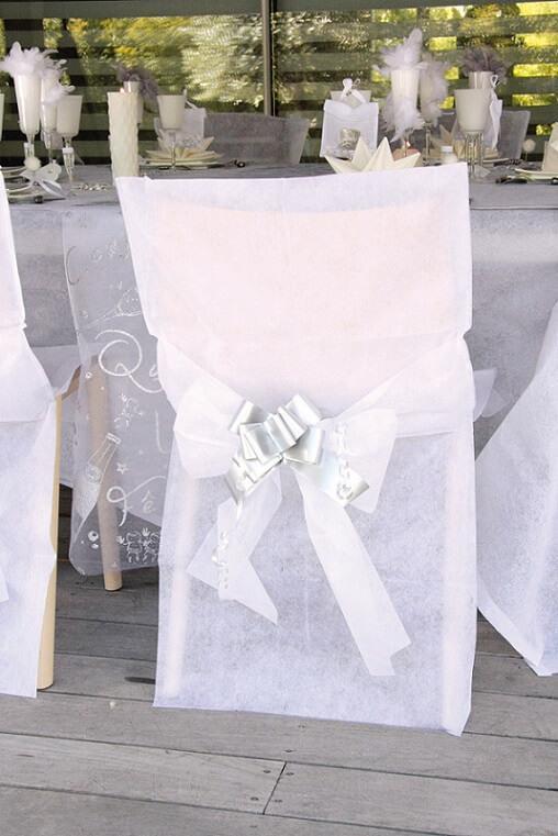 Decoration elegante de chaise avec housse blanche