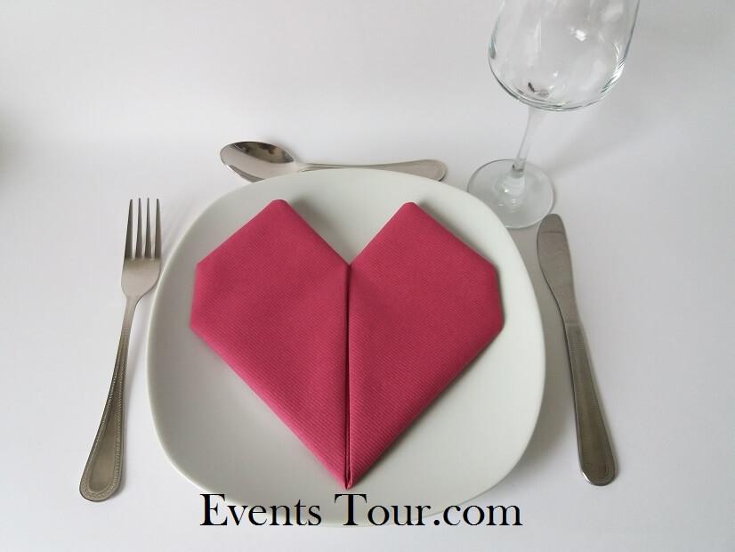 Decoration framboise pliage de serviette mariage coeur fuchsia