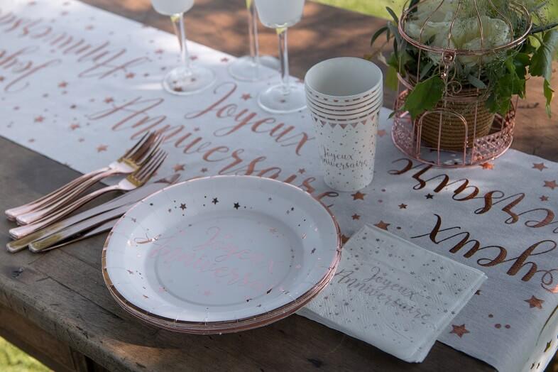 Decoration joyeux anniversaire avec serviette rose gold et blanche