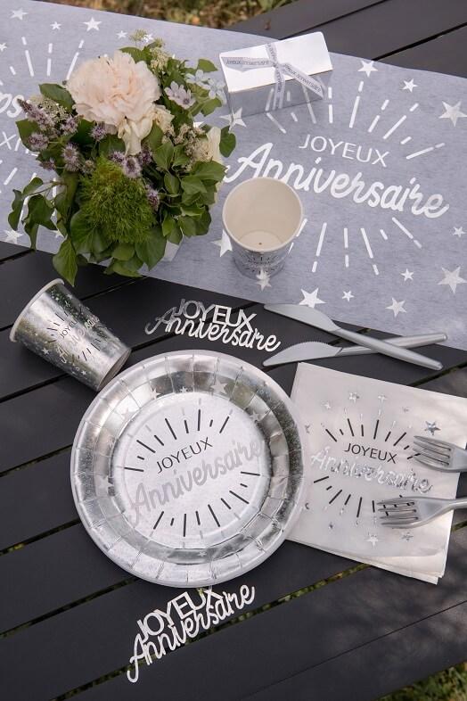 Decoration joyeux anniversaire blanc et argent metallique avec chemin de table