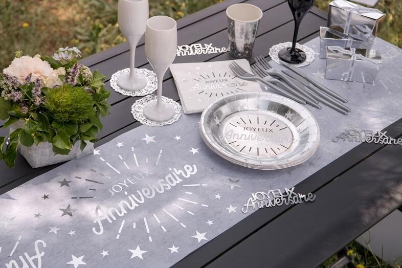 Decoration joyeux anniversaire blanc et argent metallise avec vaisselle jetable