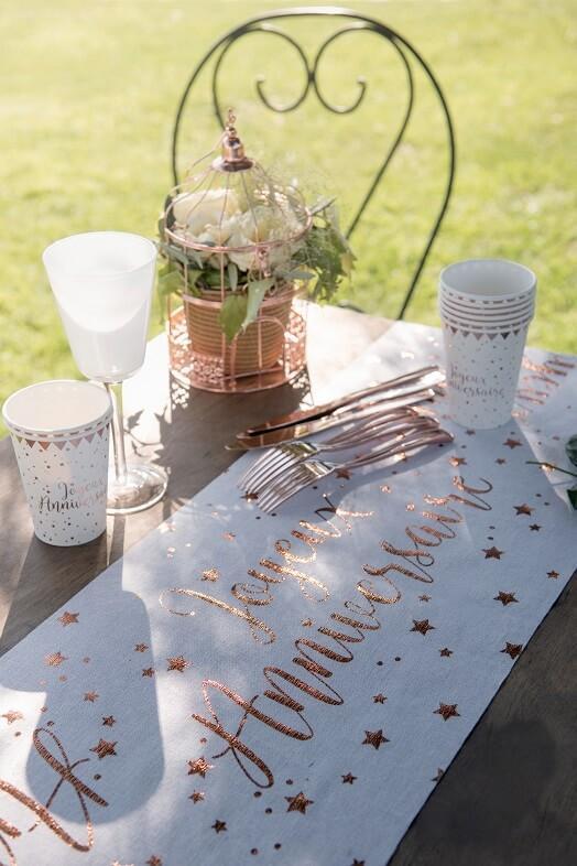 Decoration joyeux anniversaire blanc et rose gold avec chemin de table