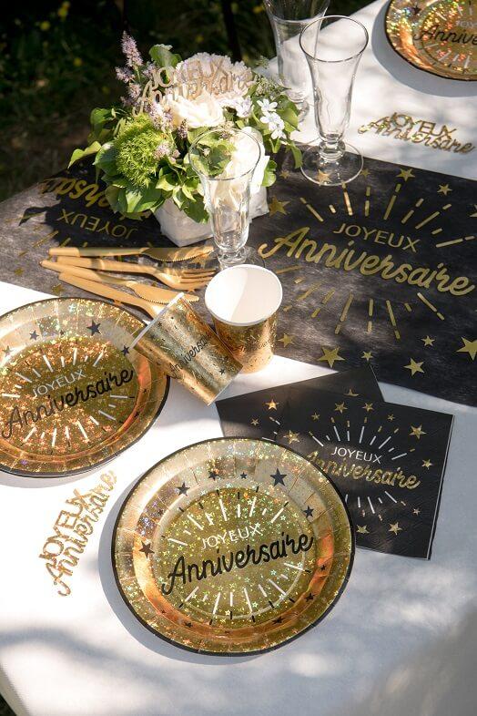 Decoration joyeux anniversaire noir et or metallique avec assiette de table