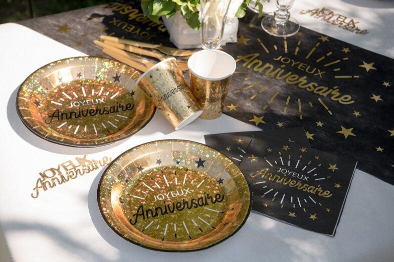 Decoration joyeux anniversaire noir et or metallise avec vaisselle jetable