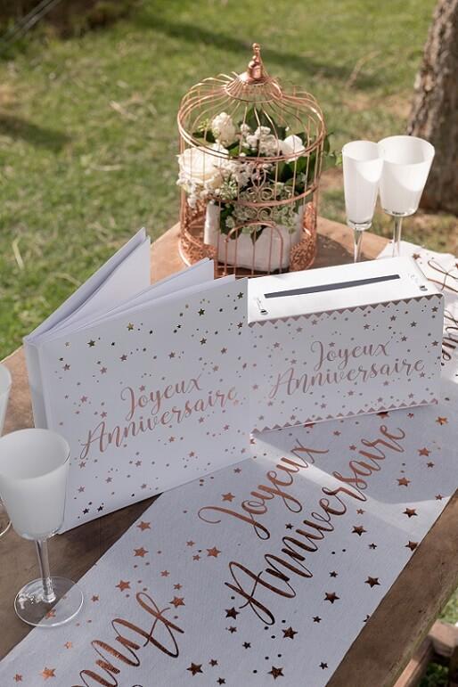 Decoration livre dor et urne joyeux anniversaire blanc et rose gold metallique