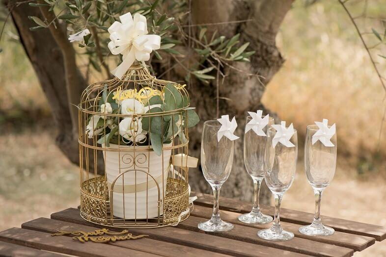 Decoration mariage avec cage tirelire metallique doree