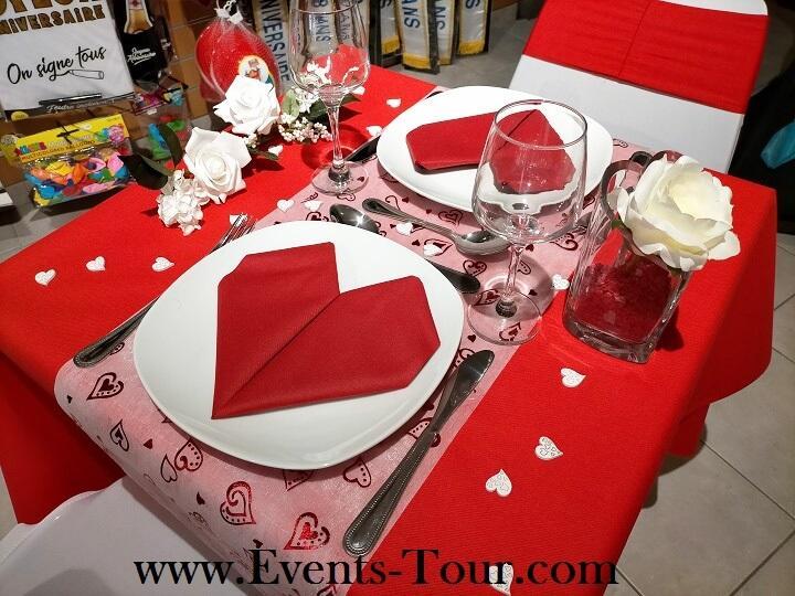 Decoration mariage avec chemin de table coeur